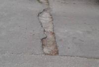 Μεγάλη λακκούβα σε μήκος και βάθος στην οδό Τσιμισκή «ταλαιπωρεί» οδηγούς!