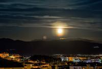 Η φωτογραφία της ημέρας: Πανσέληνος πάνω από την Κοζάνη