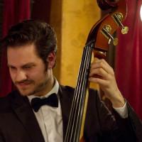 Βασίλης Κουτσονάνος: Ο Κοζανίτης μπασίστας, που επιλέχθηκε μεταξύ εκατοντάδων μουσικών σε ένα από τα καλύτερα φεστιβάλ της Ευρώπης