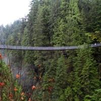 Πεζογέφυρα μήκους 136 μ. πάνω από (σχεδόν)… ξεροπόταμο, κορυφαίο τουριστικό αξιοθέατο στο Βανκούβερ του Καναδά! – Έτσι, για την «ξεχασμένη» δική μας πεζογέφυρα…