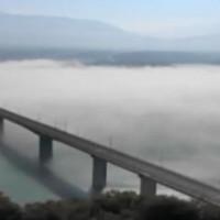 Βίντεο: Η αποκάλυψη της Γέφυρας Σερβίων – Νεράιδας από το «πέπλο» της ομίχλης