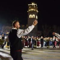 Δείτε το φωτογραφικό αφιέρωμα από τα χορευτικά της βραδιάς των Συλλόγων της Κοζάνης στην πλατεία