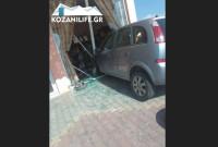Τροχαίο ατύχημα με αυτοκίνητο να μπαίνει σε βιτρίνα καταστήματος στον δρόμο Κοζάνης – Κρόκου! Δείτε φωτογραφίες του KOZANILIFE.GR