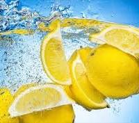 Νερό με λεμόνι: Μύθοι και αλήθειες για τα οφέλη του στην υγεία