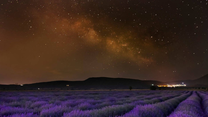 Η φωτογραφία της ημέρας: Λεβάντα με θέα τον… γαλαξία, στην Ξηρολίμνη Κοζάνης!