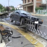 Τροχαίο ατύχημα στην Πτολεμαΐδα: Οδηγός αυτοκινήτου «καβάλησε» τα κάγκελα πεζοδρομίου! Δείτε φωτογραφίες