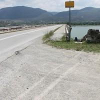 Τροχαίο ατύχημα με μηχανή στη Γέφυρα του Ρυμνίου! Από θαύμα δεν έπεσε σε βραχώδη γκρεμό – Δείτε φωτογραφίες