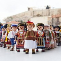 Λαζαρίνες και Μωμόγεροι σύντομα σε… Playmobil – Τι λέει ο 20χρονος που ντύνει με παραδοσιακές φορεσιές τις αγαπημένες φιγούρες