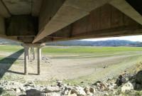 Δείτε φωτογραφίες που δείχνουν την πολύ χαμηλή στάθμη της λίμνης Πολυφύτου κάτω από τη γέφυρα Ρυμνίου – Του Γιάννη Τσιομπάνου