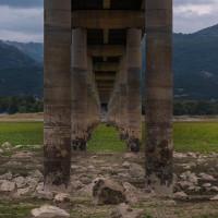 Η φωτογραφία της ημέρας: Κάτω από τη γέφυρα Ρυμνίου, χωρίς σταγόνα νερό