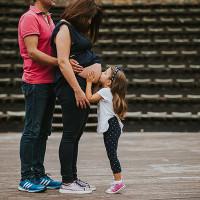 Η γλυκιά φωτογράφιση εγκυμοσύνης στο υπαίθριο θέατρο Κοζάνης