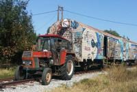 Tρακτέρ μετακινεί παλιά βαγόνια του ΟΣΕ στο Σιδηροδρομικό Σταθμό Κοζάνης!