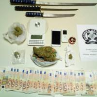 Ξίφη, ναρκωτικά και 6.000 ευρώ στην κατοχή 3 νεαρών στην Πτολεμαΐδα! Μια 19χρονη κοπέλα μεταξύ των συλληφθέντων