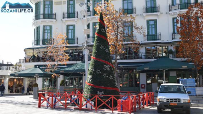 Σε ρυθμούς Χριστουγέννων η κεντρική πλατεία Κοζάνης – Τοποθετήθηκε το Χριστουγεννιάτικο δέντρο – Δείτε φωτογραφίες