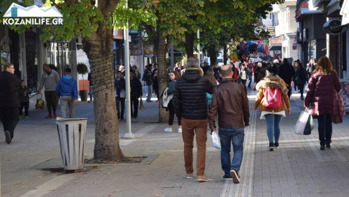 Black Friday στην Κοζάνη: Αρκετός ο κόσμος που βγήκε στην αγορά της πόλης – Δείτε φωτογραφίες