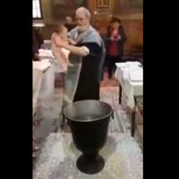 Βίντεο: Έξαλλος ιερέας παραλίγο να πνίξει το μωρό που βάφτιζε!