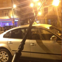 Κολώνα φωτισμού έπεσε πάνω σε ταξί στο Τσοτύλι την ώρα που επιβιβαζόταν παιδιά! Δείτε φωτογραφίες