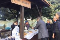 Αναβίωσε και φέτος το έθιμο της «λουκανικοφαγίας» ανήμερα της εορτής του Αγίου Αθανασίου στο Βελβεντό – Δείτε φωτογραφίες