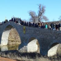 Ο αγιασμός των υδάτων στο πέτρινο γεφύρι του Ανθοχωρίου Βοΐου – Δείτε το βίντεο