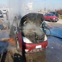Αυτοκίνητο τυλίχθηκε στις φλόγες έξω από την Πτολεμαΐδα – Δείτε φωτογραφίες