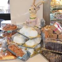 Ξεχωριστά τσουρέκια με την παραδοσιακή συνταγή και γλυκίσματα για το γιορτινό τραπέζι από τα καταστήματα deux Kk – Κατερίνα Κορκά