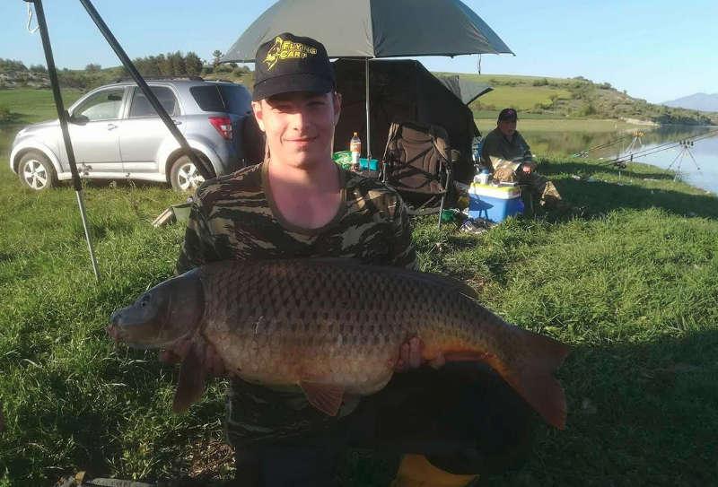 Πανελλήνιο ρεκόρ στη λίμνη Πολυφύτου: 16χρονος έβγαλε κυπρίνο 14,78 κιλά σε  ...