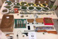 Συνελήφθησαν πατέρας και γιος στην Πτολεμαΐδα για διακίνηση και καλλιέργεια ναρκωτικών, λαθρεμπορία και οπλοκατοχή – Δείτε φωτογραφία από τα κατασχεθέντα