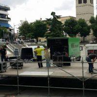 Φωτογραφίες: Πυρετώδεις προετοιμασίες για τη μεγάλη συναυλία στην κεντρική πλατεία Κοζάνης – Τι θα γίνει σε περίπτωση βροχής