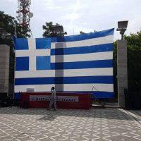 Η Ελληνική σημαία του Καπετάν – Φούφα στην εξέδρα του συλλαλητηρίου για τη Μακεδονία στην Πτολεμαΐδα – Δείτε φωτογραφίες