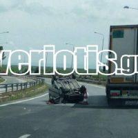 Ακόμα ένα τροχαίο στην Εγνατία: Αυτοκίνητο τούμπαρε έξω από τη Βέροια και τραυματίστηκε ο οδηγός – Δείτε φωτογραφίες