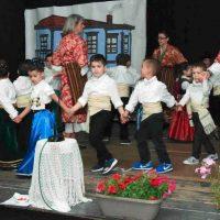 Με πολλές αναμνήσεις η θεατρική παράσταση «Παραδοσιακός Βελβεντινός γάμος» του 2ου Νηπιαγωγείου Βελβεντού