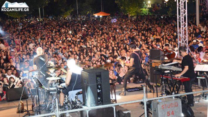 Κατάμεστη η κεντρική πλατείας Κοζάνης στη εξαιρετική συναυλία του Στέλιου Ρόκκου – Δείτε βίντεο και φωτογραφίες