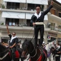 Με καθολική συμμετοχή ανθρώπων όλων των ηλικιών γιορτάστηκε στη Σιάτιστα το μοναδικό έθιμο των καβαλάρηδων