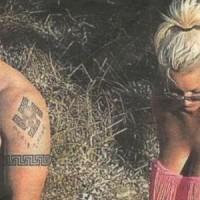 Το τατουάζ του Κασιδιάρη με τον αγκυλωτό σταυρό και το καυτό μπικίνι της εντυπωσιακής συνοδού του
