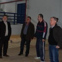 Τοποθέτηση παρκέ στο κλειστό γυμναστήριο Σερβίων