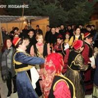 Δείτε LIVE ΕΔΩ και σήμερα Σάββατο τα χορευτικά της αποκριάς στην εξέδρα της πλατείας Κοζάνης!