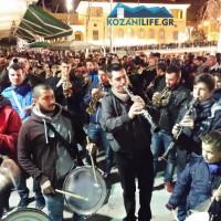 Βίντεο: Τα χάλκινα της Κοζάνης και οι καρναβαλιστές στον κεντρικό πεζόδρομο της Κοζάνης!