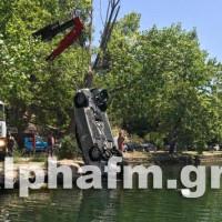 Αναστάτωση στην Καστοριά: Αυτοκίνητο έπεσε μέσα στη λίμνη! Δείτε βίντεο και φωτογραφίες