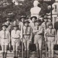 Η φωτογραφία της ημέρας: Πρόσκοποι της Κοζάνης στην προτομή του Γεωργίου Λασσάνη στην παλιά πλατεία