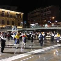 Χόρεψαν παρά τη βροχή τα μέλη του φιλοξενούμενου συλλόγου «Φιλοτέχνες» από την Κομοτηνή στην πλατεία Κοζάνης – Δείτε φωτογραφίες