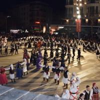 Με το «Μακεδονία Ξακουστή» η είσοδος των Συλλόγων της Μακεδονίας στην κεντρική πλατεία της Κοζάνης – Δείτε το βίντεο