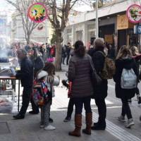 Αρκετός κόσμος στο κέντρο της Κοζάνης για το καθιερωμένο τσίκνισμα – Δείτε φωτογραφίες από το μεσημέρι της Τσικνοπέμπτης στην Κοζάνη