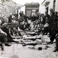 Η φωτογραφία της ημέρας: Προπολεμικό Πάσχα στην Κοζάνη όταν όλη η γειτονιά έψηνε και γιόρταζε μαζί στον δρόμο