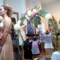 Λευκή νύχτα με μοντέλο «ζωντανή κούκλα» στη βιτρίνα του καταστήματος γυναικείας ένδυσης «Έλλη» στην Κοζάνη – Δείτε φωτογραφίες