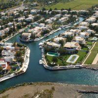 Η «Βενετία» της Ελλάδας: Το «χωριό» που δεν έχει δρόμους αλλά κανάλια, βίλες, σκάφη, πισίνες! Δείτε βίντεο και φωτογραφίες