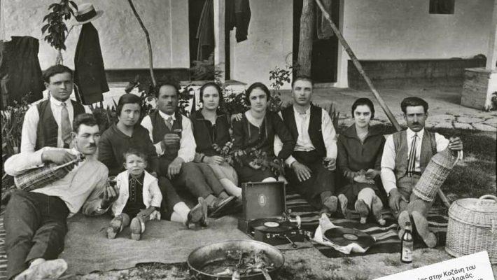 Η φωτογραφία της ημέρας: Στο εξωκλήσι της Παναγίας στην Κοζάνη το 1929 – Του Γιάννη Τσιομπάνου