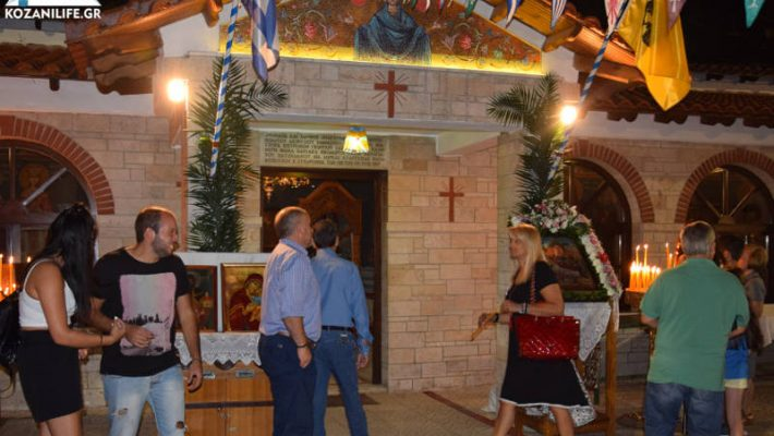 Πλήθος πιστών την παραμονή του Δεκαπενταύγουστου στο ξωκλήσι της Παναγίας στην Κοζάνη – Δείτε φωτογραφίες