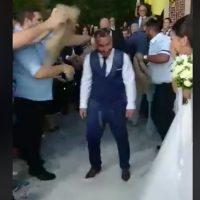 Έριξαν 60 κιλά ρύζι στον γαμπρό για να ριζώσει ο γάμος του για τα καλά! Δείτε το βίντεο