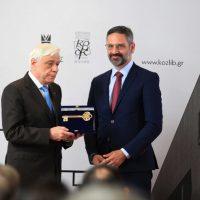 Η φωτογραφία της ημέρας: Το κλειδί της πόλης της Κοζάνης στον Πρόεδρο της Δημοκρατίας