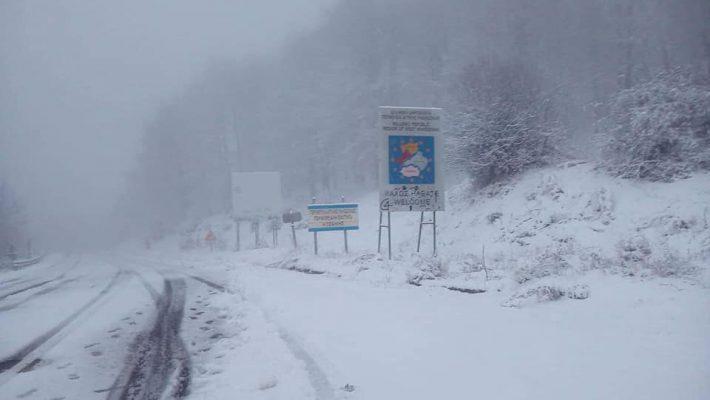 Πανέμορφο λευκό σκηνικό στο Βέρμιο – Δείτε βίντεο και φωτογραφίες από την Παναγία Σουμελά και τη Ζωοδόχο Πηγή